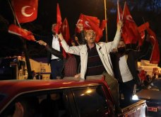 """Φώτο: Οι πανηγυρισμοί """"θριάμβου"""" των οπαδών του Ερντογάν στην Κωνσταντινούπολη - Κυρίως Φωτογραφία - Gallery - Video"""