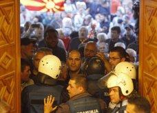 Χάος στα Σκόπια: Έφοδος διαδηλωτών μέσα στο Κοινοβούλιο - Συμπλοκές & 4 τραυματίες (Φωτό - Βίντεο) - Κυρίως Φωτογραφία - Gallery - Video 11