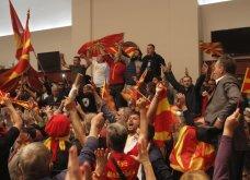 Χάος στα Σκόπια: Έφοδος διαδηλωτών μέσα στο Κοινοβούλιο - Συμπλοκές & 4 τραυματίες (Φωτό - Βίντεο) - Κυρίως Φωτογραφία - Gallery - Video 12
