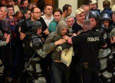 Χάος στα Σκόπια: Έφοδος διαδηλωτών μέσα στο Κοινοβούλιο - Συμπλοκές & 4 τραυματίες (Φωτό - Βίντεο) - Κυρίως Φωτογραφία - Gallery - Video 3