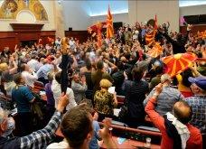 Χάος στα Σκόπια: Έφοδος διαδηλωτών μέσα στο Κοινοβούλιο - Συμπλοκές & 4 τραυματίες (Φωτό - Βίντεο) - Κυρίως Φωτογραφία - Gallery - Video 4