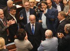 Χάος στα Σκόπια: Έφοδος διαδηλωτών μέσα στο Κοινοβούλιο - Συμπλοκές & 4 τραυματίες (Φωτό - Βίντεο) - Κυρίως Φωτογραφία - Gallery - Video 5