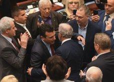 Χάος στα Σκόπια: Έφοδος διαδηλωτών μέσα στο Κοινοβούλιο - Συμπλοκές & 4 τραυματίες (Φωτό - Βίντεο) - Κυρίως Φωτογραφία - Gallery - Video 6