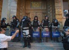 Χάος στα Σκόπια: Έφοδος διαδηλωτών μέσα στο Κοινοβούλιο - Συμπλοκές & 4 τραυματίες (Φωτό - Βίντεο) - Κυρίως Φωτογραφία - Gallery - Video 7