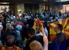 Χάος στα Σκόπια: Έφοδος διαδηλωτών μέσα στο Κοινοβούλιο - Συμπλοκές & 4 τραυματίες (Φωτό - Βίντεο) - Κυρίως Φωτογραφία - Gallery - Video 8