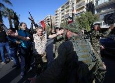 "Associated Press: 18 αποκαλυπτικά στιγμιότυπα στον απόηχο του βομβαρδισμού στη Συρία & τα ""πανηγύρια"" στη Δαμασκό (ΦΩΤΟ) - Κυρίως Φωτογραφία - Gallery - Video"