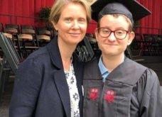 """Η Σύνθια Νίξον που παντρεύτηκε σε δεύτερο γάμο γυναίκα αποκάλυψε: """"Ο μεγαλύτερος γιος μου είναι transgender"""" (ΦΩΤΟ) - Κυρίως Φωτογραφία - Gallery - Video"""