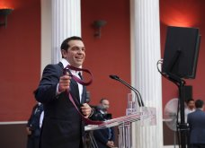 Καρέ καρέ ο Αλέξης Τσίπρας βάζει & βγάζει την κόκκινη γραβάτα χθες στο Ζάππειο (ΦΩΤΟ) - Κυρίως Φωτογραφία - Gallery - Video