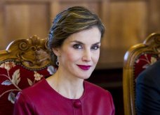 Βασίλισσά μου Λετίθια, είστε υπέροχη με το κόκκινο φουστάνι, την ομπρέλα και τον ιππότη σας, Βασιλιά Φελίπε (Φωτό) - Κυρίως Φωτογραφία - Gallery - Video