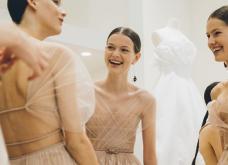 Καρέ- καρέ πως οι μοδίστρες & oi μόδιστροι του Dior ράβουν μια πανδύσκολη couture τουαλέτα πλισέ (φωτο) - Κυρίως Φωτογραφία - Gallery - Video