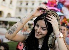 Θεσσαλονικιά βγήκε βόλτα με τον... βόα της στην πλατεία Αριστοτέλους (Φωτό) - Κυρίως Φωτογραφία - Gallery - Video