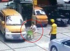 Αυτή η μάνα μάλωσε για ηλίθιο λόγο με τον άνδρα της κι έσπρωξε το παιδί της πάνω σε αυτοκίνητο εν κινήσει - Κυρίως Φωτογραφία - Gallery - Video