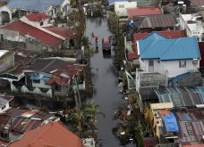 Νύφη και γαμπρός παντρεύονται σε πλημμυρισμένη εκκλησία - Οι καλεσμένοι πήγαν ξυπόλητοι (Βίντεο) - Κυρίως Φωτογραφία - Gallery - Video