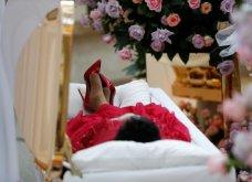 Φωτό - Κηδεία Αρίθα Φράνκλιν: Ντυμένη στα κόκκινα με γόβες στιλέτο σε χρυσό φέρετρο η βασίλισσα της σόουλ - Κυρίως Φωτογραφία - Gallery - Video