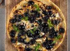 Ο Άκης Πετρετζίκης πρωτοτυπεί και μας προτείνει πίτσα με φέτα και σταφύλια - Κυρίως Φωτογραφία - Gallery - Video