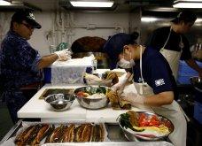 Γιαπωνέζες στρατιωτίνες σε αεροπλανοφόρο κρατούν από όπλο μέχρι... σούσι! (Φωτό) - Κυρίως Φωτογραφία - Gallery - Video 2