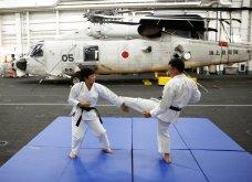 Γιαπωνέζες στρατιωτίνες σε αεροπλανοφόρο κρατούν από όπλο μέχρι... σούσι! (Φωτό) - Κυρίως Φωτογραφία - Gallery - Video 3
