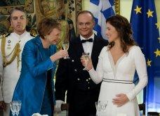 Δείπνο στο Προεδρικό Μέγαρο: Βαθύ ντεκολτέ και σκίσιμο στο φουστάνι της Μπέτυς Μπαζιάνα - Μπλε ρουαγιάλ για τη Γερμανίδα σύζυγο του Προέδρου (Φωτό) - Κυρίως Φωτογραφία - Gallery - Video