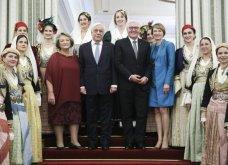 Δείπνο στο Προεδρικό Μέγαρο: Βαθύ ντεκολτέ και σκίσιμο στο φουστάνι της Μπέτυς Μπαζιάνα - Μπλε ρουαγιάλ για τη Γερμανίδα σύζυγο του Προέδρου (Φωτό) - Κυρίως Φωτογραφία - Gallery - Video 3