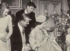 Vintage pic:  Η Bασίλισσα Ελισάβετ αγκαλιά με τον μικρούλη πρίγκιπα Έντουαρντ σε χριστουγεννιάτικη κάρτα του 1964 - Κυρίως Φωτογραφία - Gallery - Video