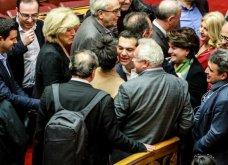 Καρέ-καρέ οι εικόνες ενθουσιασμού για τους 151: Ο Τσίπρας δίνει το πρώτο φιλί στον Δανέλλη αλλά και στον Κοτζιά (Φωτό) - Κυρίως Φωτογραφία - Gallery - Video 4
