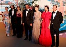 """Η νέα γενιά πριγκίπων του Μονακό στον περίφημο """"Χορό των Ρόδων"""" - Οι εξαίσιες τουαλέτες & τα σμόκιν (φώτο) - Κυρίως Φωτογραφία - Gallery - Video 2"""