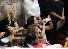 Λαμπερά χαμόγελα, φιλιά, αγκαλιές & κουβεντούλα - Το Backstage της ορκωμοσίας στη βουλή σε εικόνες (φώτο) - Κυρίως Φωτογραφία - Gallery - Video 21
