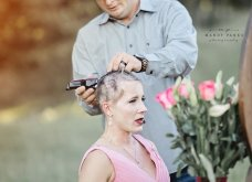 Ο σύζυγος με  δάκρυα στα μάτια κόβει τα μαλλιά της γυναίκας του & την προετοιμάζει για τη χημειοθεραπεία που ξεκινάει λόγω καρκίνου (φώτο) - Κυρίως Φωτογραφία - Gallery - Video 10