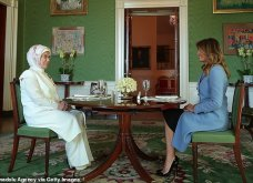 """Συνάντηση Τραμπ- Ερντογάν: Φιλοφρονήσεις & """"μπηχτές"""" - Στα λευκά η Εμινέ - Με σιέλ παλτό 2.295 δολαρίων η Μελάνια (φώτο-βίντεο) - Κυρίως Φωτογραφία - Gallery - Video 15"""