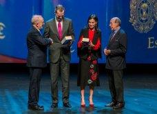Η βασίλισσα της Ισπανίας Λετίσια στη Σεβίλλη: Υπέροχο μαύρο-κόκκινο look - αφιέρωμα στην Ανδαλουσία (φώτο)   - Κυρίως Φωτογραφία - Gallery - Video 8