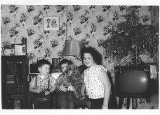 Σήμερα γελάμε: 45 vintage φώτο με το χριστουγεννιάτικο δέντρο πάνω στις ογκώδεις συσκευές τηλεόρασης το 1970   - Κυρίως Φωτογραφία - Gallery - Video