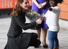 One & only Kate Middleton με εξαίσιοταγιέρ Dolce & Gabanna: Ο αέραςσήκωσετην φούστατης αλλάεκείνη... Δούκισσα! (Φώτο-Βίντεο) - Κυρίως Φωτογραφία - Gallery - Video