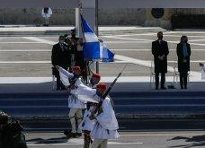 """Με κομψό μπλε σύνολο η Μαρέβα Μητσοτάκη στην παρέλαση της 25ης Μαρτίου - """"Minimal Chic"""" εμφάνιση για τη σύζυγο του πρωθυπουργού (φώτο) - Κυρίως Φωτογραφία - Gallery - Video 4"""