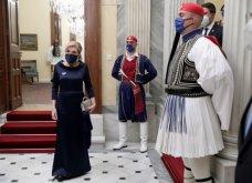 Η εντυπωσιακή total deep blue τουαλέτα της Μαριάννας Βαρδινογιάννη  - Tο χρυσό τσαντάκι, η ασορτί μάσκα & εσάρπα για το δείπνο στο Προεδρικό Μέγαρο (φωτό) - Κυρίως Φωτογραφία - Gallery - Video