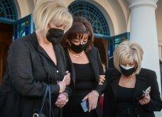 Σε κλίμα οδύνης το μνημόσυνο του Γιώργου Καραϊβάζ: Αγκαλιές και λόγια παρηγορίας στην γυναίκα και τον γιο του (φωτό & βίντεο) - Κυρίως Φωτογραφία - Gallery - Video 20
