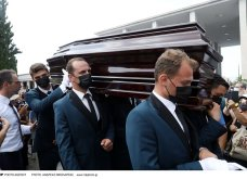 Φωτό & βίντεο από την κηδεία του Τόλη Βοσκόπουλου: Τραγουδιστές, ηθοποιοί, πολιτικοί, επιχειρηματίες στο τελευταίο αντίο στον «Πρίγκιπα» - Κυρίως Φωτογραφία - Gallery - Video