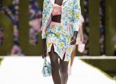Η νέα κολεξιόν της Moschino - ωδή στα 90ς: Παιχνιδιάρικη διάθεση, παστέλ & outfits με επιρροή από την θρυλική «Νταντά» (φωτό & βίντεο) - Κυρίως Φωτογραφία - Gallery - Video 15