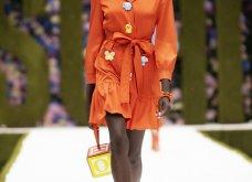 Η νέα κολεξιόν της Moschino - ωδή στα 90ς: Παιχνιδιάρικη διάθεση, παστέλ & outfits με επιρροή από την θρυλική «Νταντά» (φωτό & βίντεο) - Κυρίως Φωτογραφία - Gallery - Video 24