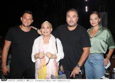 Ο Αντώνης Ρέμος σε επίσημη έξοδο με όλη την οικογένεια: Η μαμά του Ελένη & η απαστράπτουσα Υβόννη Μπόσνιακ πήγαν να δουν Ζαχαράτο (φωτό) - Κυρίως Φωτογραφία - Gallery - Video 9