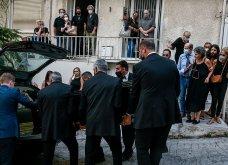 Συγκλονιστικές οι εικόνες έξω από το σπίτι του Μίκη Θεοδωράκη: Βουβός ο πόνος - Με χειροκροτήματα τον αποχαιρέτησαν συγγενείς & φίλοι  - Κυρίως Φωτογραφία - Gallery - Video 2