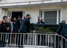 Συγκλονιστικές οι εικόνες έξω από το σπίτι του Μίκη Θεοδωράκη: Βουβός ο πόνος - Με χειροκροτήματα τον αποχαιρέτησαν συγγενείς & φίλοι  - Κυρίως Φωτογραφία - Gallery - Video 3