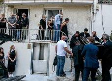 Συγκλονιστικές οι εικόνες έξω από το σπίτι του Μίκη Θεοδωράκη: Βουβός ο πόνος - Με χειροκροτήματα τον αποχαιρέτησαν συγγενείς & φίλοι  - Κυρίως Φωτογραφία - Gallery - Video 7