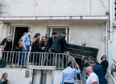 Συγκλονιστικές οι εικόνες έξω από το σπίτι του Μίκη Θεοδωράκη: Βουβός ο πόνος - Με χειροκροτήματα τον αποχαιρέτησαν συγγενείς & φίλοι  - Κυρίως Φωτογραφία - Gallery - Video