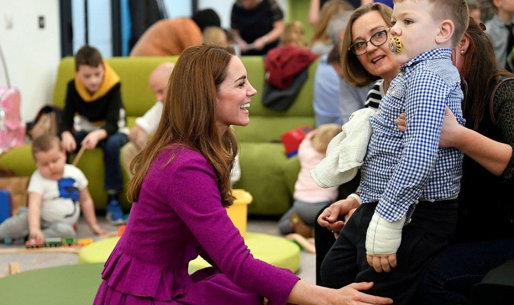 H Kate Middleton με μωβ φόρεμα Oscar de la Renta & μαύρο καλσόν ανοίγει νέο νοσοκομείο για τα παιδιά - Φώτο  - Κυρίως Φωτογραφία - Gallery - Video