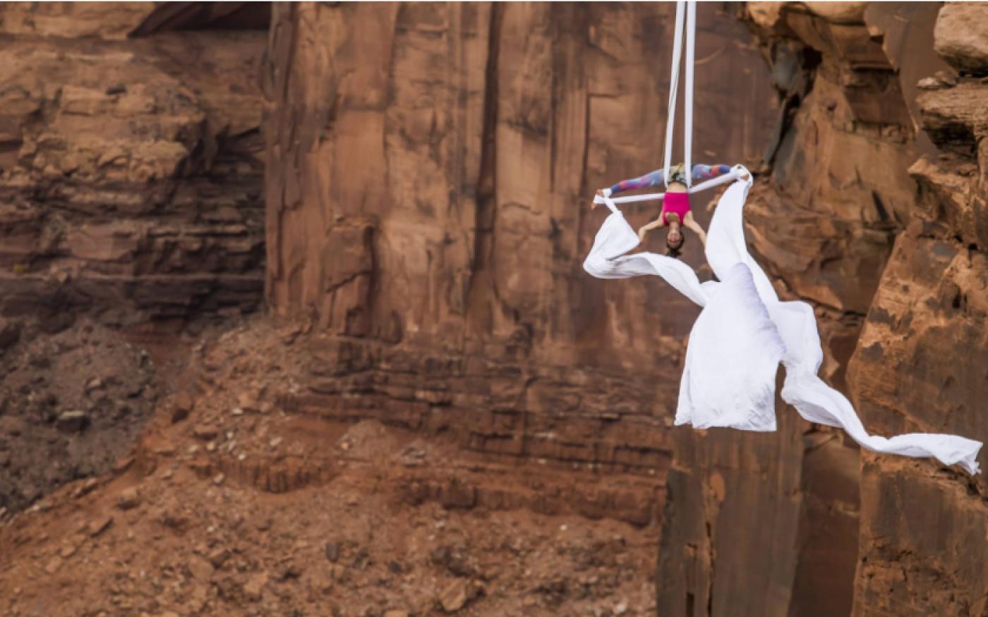 Φωτογραφία ημέρας: Ακροβάτισσα  κρέμεται ανάποδα από βράχια στην Γιούτα των ΗΠΑ - Photo: AGORA /SWNS.COM - Κυρίως Φωτογραφία - Gallery - Video