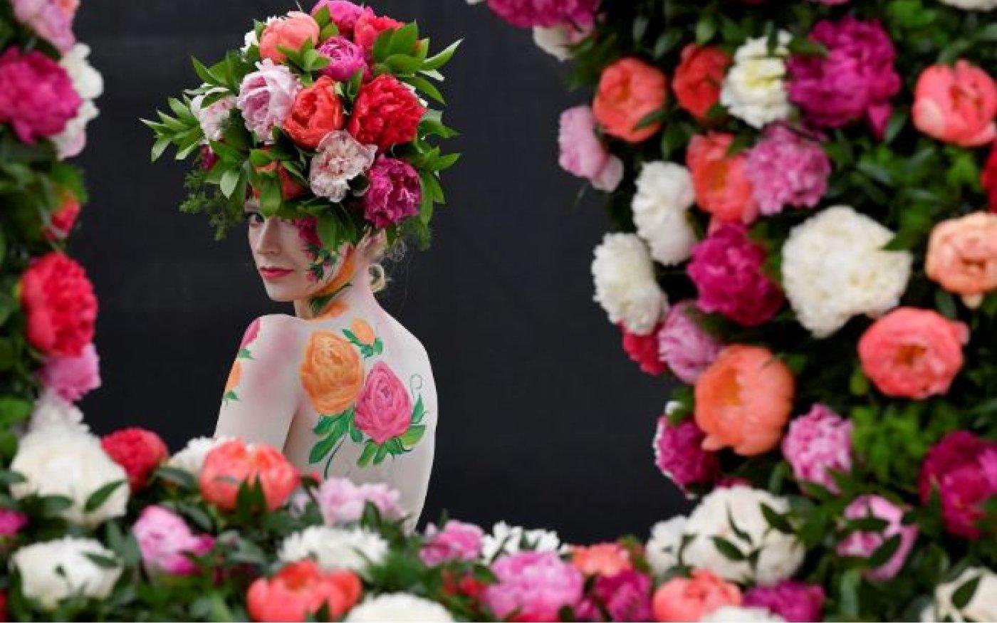 Μοντέλο ποζάρει με παιώνιες ζωγραφισμένες στο σώμα της στο Show λουλουδιών της Chelsea! - Reuters    - Κυρίως Φωτογραφία - Gallery - Video