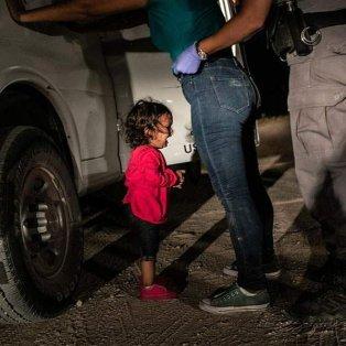 Η μικρή Γιανέλα από την Ονδούρα που κλαίει στα σύνορα – Credits: John Moore/ Getty Images  - Κυρίως Φωτογραφία - Gallery - Video