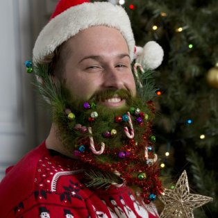 11/12/2014 - Εορταστικά... γένια! Δείτε πώς στόλισε το μούσι του αυτός ο αθεόφοβος νεαρός ! Σαν Χριστουγεννιάτικο δέντρο! Photo: Reuters - Κυρίως Φωτογραφία - Gallery - Video