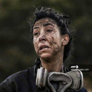 Φωτό ημεράς: Η συγκλονιστική εικόνα της πυροσβέστριας Κατερίνας Ιωαννίδου από τη φωτιά στην Ανάβυσσο/ Photo: Aris Messinis/ AFP - Κυρίως Φωτογραφία - Gallery - Video