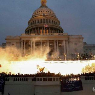 """Φωτό ημέρας: Το Καπιτώλιο """"φλέγεται""""- Τα επεισόδια που σόκαραν όλο τον κόσμο/ Photo: Reuters/ Instagram - Κυρίως Φωτογραφία - Gallery - Video"""